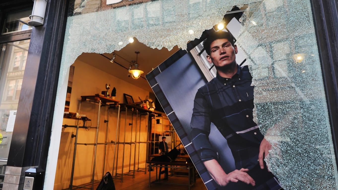 negozio vandalizzato - L'industria fashion contro il razzismo