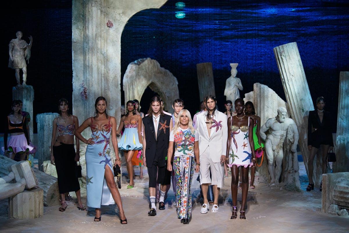 versace PE 21 - Una surreale Milano Fashion Week