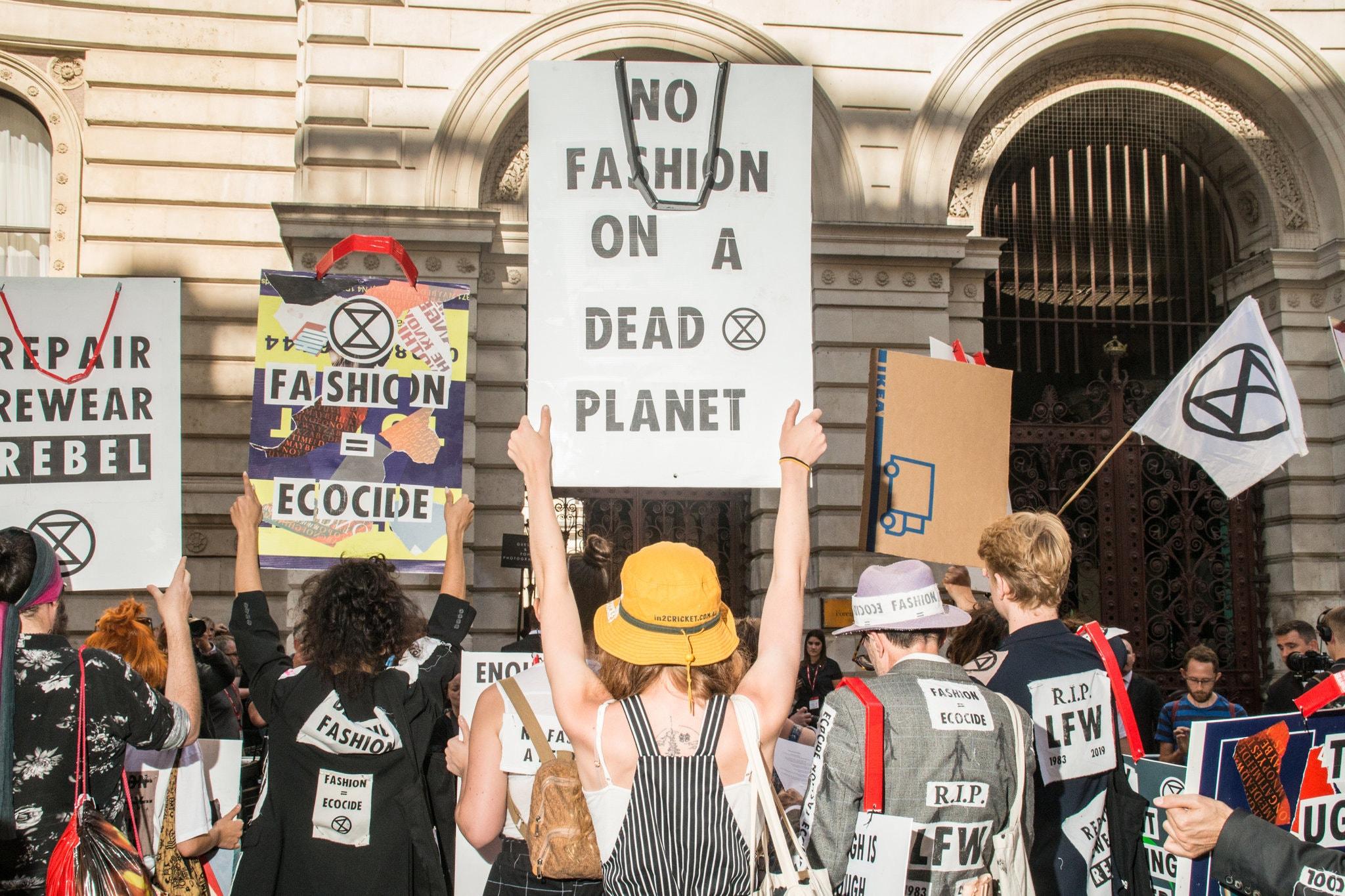 fast fashion protest - La moda resiliente del 2021